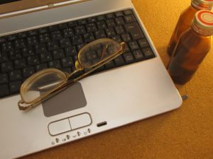 眼鏡とパソコン